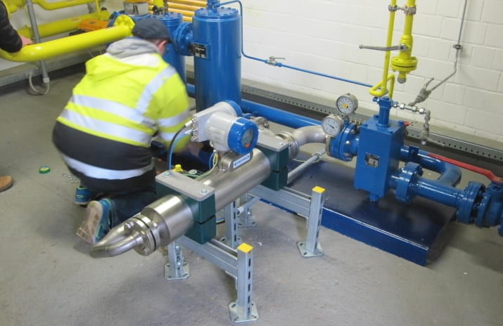 Space-saving installation of the OPTIMASS 7300 C in the measuring facility