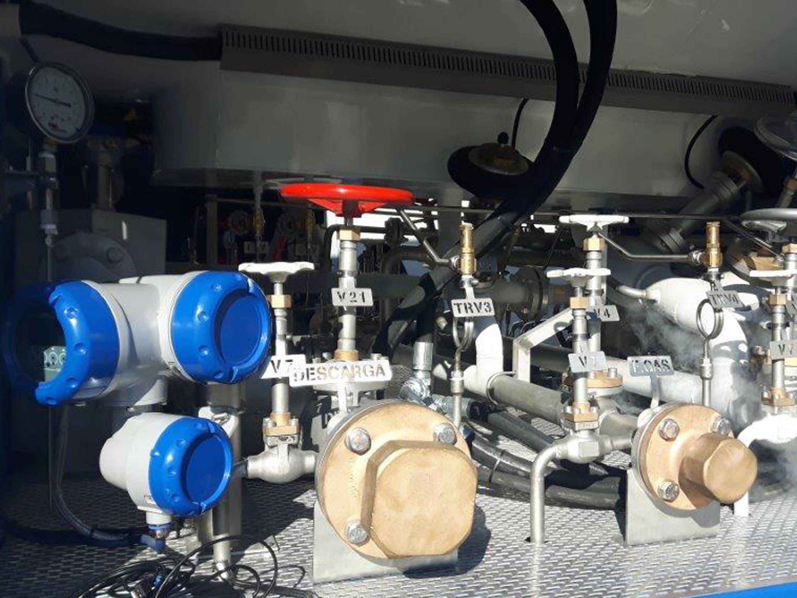 Custody transfer flow measurement for (un)loading of LNG