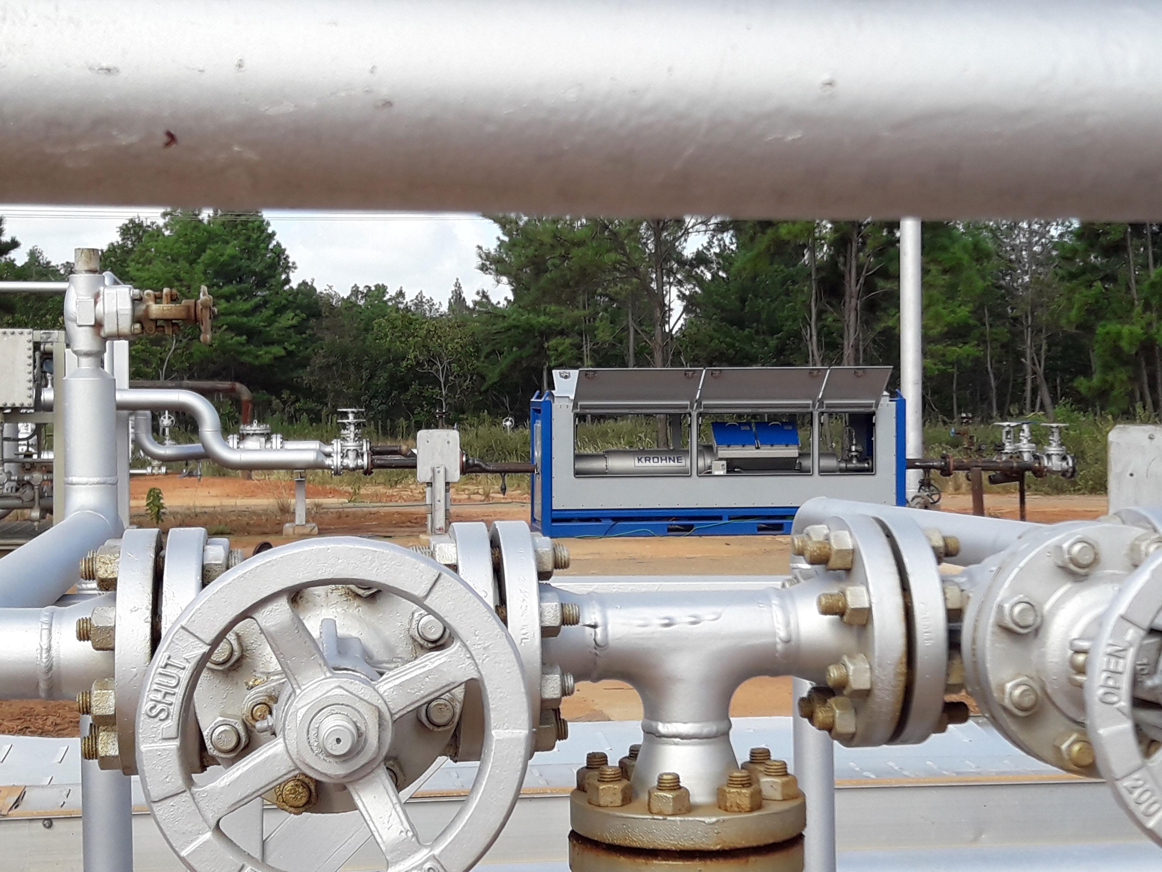 M-PHASE 5000 multiphase flowmeter behind pipelines