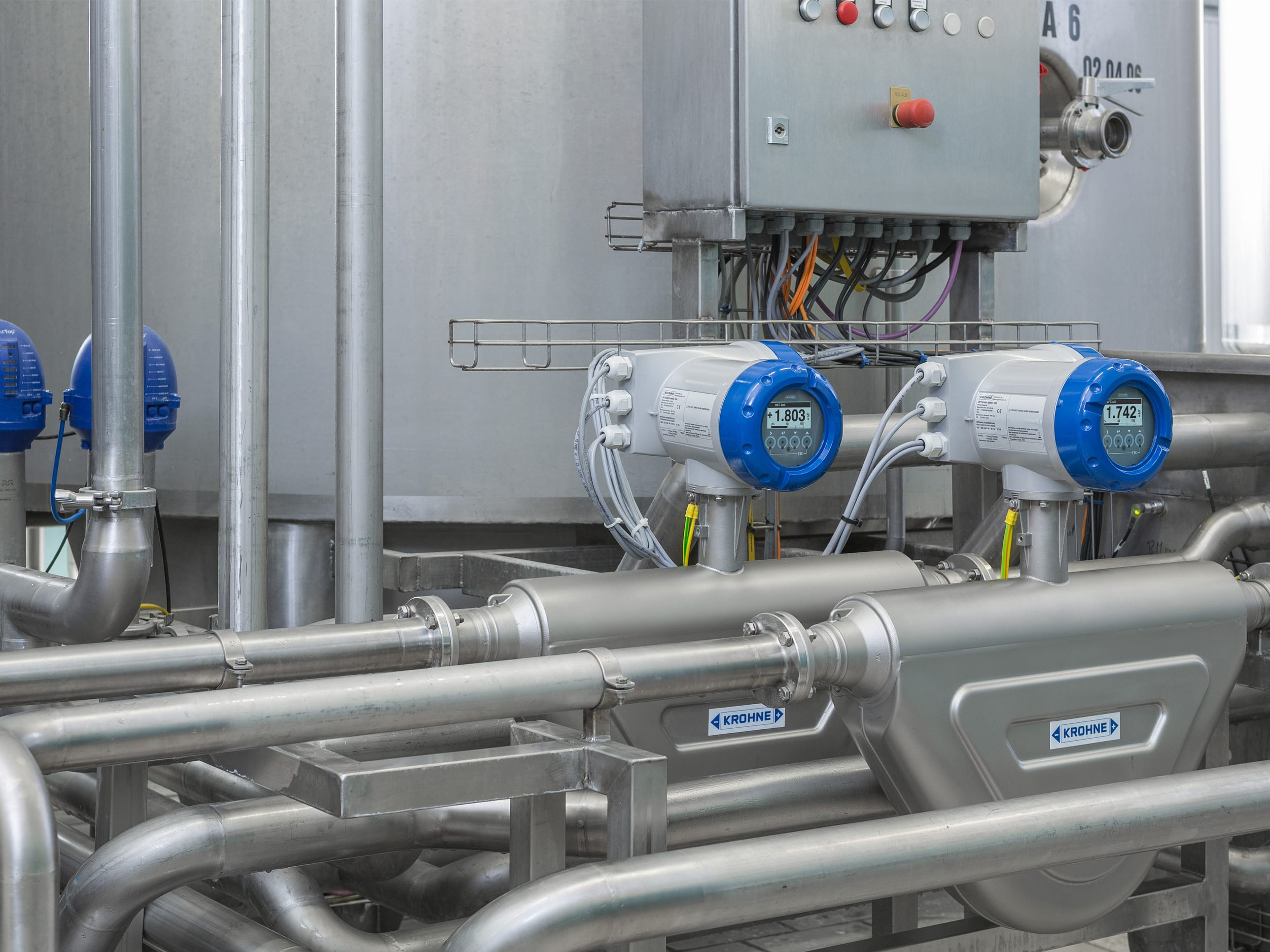 Flow measurement of raw milk with a high air content